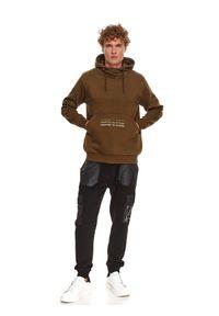 TOP SECRET - Bluza męska kangurka z kapturem. Typ kołnierza: kaptur. Kolor: zielony. Materiał: dzianina. Długość rękawa: długi rękaw. Długość: długie. Wzór: napisy. Sezon: zima #8