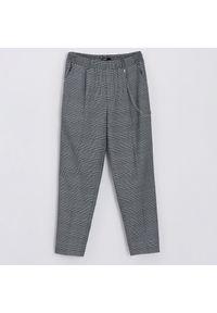 Cropp - Spodnie z ozdobnym łańcuszkiem - Szary. Kolor: szary