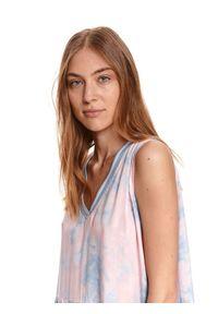 DRYWASH - Luźna sukienka na ramiączkach z nadrukiem tie dye. Typ kołnierza: dekolt w kształcie V. Kolor: różowy. Materiał: tkanina. Długość rękawa: na ramiączkach. Wzór: nadruk. Sezon: lato. Długość: mini