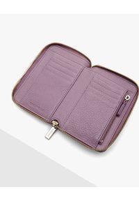 Coccinelle - COCCINELLE - Fioletowy portfel ze skóry. Kolor: różowy, wielokolorowy, fioletowy. Materiał: skóra