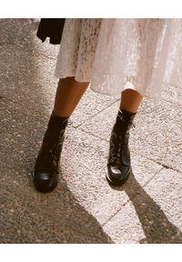 BALAGAN - Czarne wiązane botki TZAVA CROC. Wysokość cholewki: przed kolano. Kolor: czarny. Materiał: guma. Szerokość cholewki: normalna