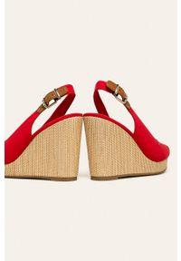 Czerwone sandały TOMMY HILFIGER na klamry, z okrągłym noskiem
