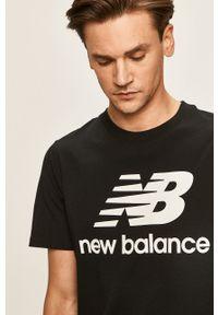 New Balance - T-shirt. Okazja: na co dzień. Kolor: czarny. Materiał: dzianina. Wzór: nadruk. Styl: casual