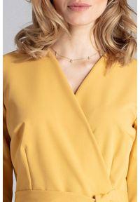 Figl - Elegancka sukienka z kopertowym dekoltem i wiązaniem musztardowa. Okazja: do pracy, na spotkanie biznesowe. Kolor: żółty. Typ sukienki: kopertowe. Styl: elegancki