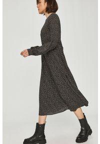 Czarna sukienka Answear Lab rozkloszowana, wakacyjna, w grochy, midi