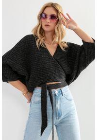 Fobya - Kopertowy Sweter z Wiązaniem w Pasie - Czarny. Kolor: czarny. Materiał: wełna, poliamid, akryl