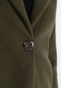 Born2be - Ciemnozielony Płaszcz Muirhouse. Kolor: zielony. Materiał: materiał. Długość rękawa: długi rękaw. Długość: długie. Wzór: gładki. Sezon: jesień, wiosna. Styl: klasyczny