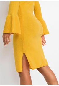 Sukienka dzianinowa bonprix żółty. Typ kołnierza: golf. Kolor: żółty. Materiał: dzianina, poliester, poliamid, wiskoza, materiał. Wzór: prążki. Typ sukienki: rozkloszowane