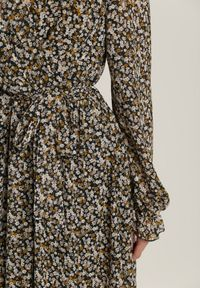 Renee - Czarna Sukienka Calyphiaphe. Typ kołnierza: kołnierz z falbankami. Kolor: czarny. Materiał: materiał. Długość rękawa: długi rękaw. Wzór: kwiaty, aplikacja, nadruk. Typ sukienki: kopertowe. Długość: maxi