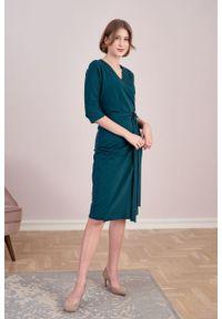 Marie Zélie - Sukienka Filomena butelkowa zieleń. Typ kołnierza: dekolt kopertowy. Kolekcja: moda ciążowa. Materiał: bawełna, dzianina, materiał, elastan, tkanina, skóra. Typ sukienki: proste, kopertowe. Styl: klasyczny, młodzieżowy