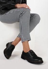 Born2be - Czarne Półbuty Miradenah. Okazja: na co dzień. Wysokość cholewki: przed kostkę. Nosek buta: okrągły. Kolor: czarny. Materiał: prążkowany. Szerokość cholewki: normalna. Obcas: na płaskiej podeszwie. Styl: klasyczny, casual