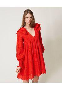 TwinSet - Muślinowa sukienka z haftem angielskim z długim rękawem Twinset. Typ kołnierza: dekolt w kształcie V. Kolor: czerwony. Materiał: bawełna. Długość rękawa: długi rękaw. Wzór: haft. Typ sukienki: asymetryczne. Styl: klasyczny