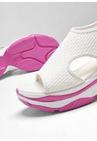 Sandały na koturnie bonprix biało-neonowy różowy. Kolor: biały. Obcas: na koturnie