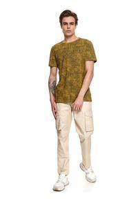 TOP SECRET - T-shirt we wzór. Okazja: do pracy. Kolor: oliwkowy. Materiał: bawełna, tkanina. Długość rękawa: krótki rękaw. Długość: krótkie. Sezon: lato