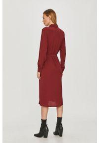 Jacqueline de Yong - Sukienka. Kolor: czerwony. Długość rękawa: długi rękaw. Typ sukienki: rozkloszowane