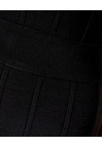 Czarna sukienka klasyczna, na ramiączkach