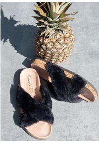 Casu - Czarne klapki z futerkiem ze skórzaną wkładką i profilowaną korkową podeszwą casu h20x2/b. Kolor: czarny. Materiał: skóra, futro
