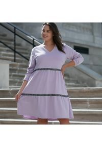 Fioletowa sukienka dla puszystych Moda Size Plus Iwanek w koronkowe wzory, z kontrastowym kołnierzykiem