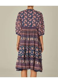 M.A.B.E - Kolorowa sukienka midi Carli. Kolor: niebieski. Materiał: bawełna, tkanina. Wzór: kolorowy. Długość: midi