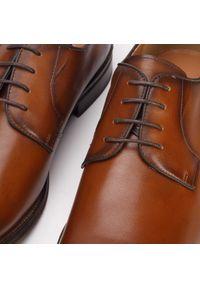 Wittchen - Męskie buty do garnituru skórzane gładkie. Okazja: na spotkanie biznesowe. Nosek buta: otwarty. Kolor: brązowy. Materiał: skóra. Szerokość cholewki: normalna. Wzór: gładki. Sezon: lato. Styl: sportowy, klasyczny, biznesowy