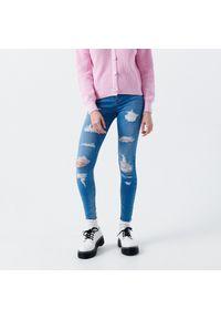 Cropp - Jeansy skinny z dziurami - Niebieski. Kolor: niebieski