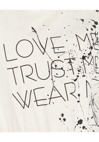 JOANNA MUZYK - T-shirt ecru z autografem Love Me. Kolor: beżowy. Materiał: dresówka, bawełna. Wzór: napisy, aplikacja