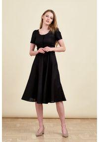 Marie Zélie - Sukienka Rosa lniana czarna. Typ kołnierza: kokarda. Kolor: czarny. Materiał: len. Długość rękawa: krótki rękaw. Długość: midi