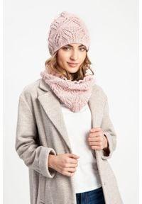 Przedłużana czapka damska PaMaMi - Pudrowy róż. Kolor: różowy. Materiał: poliamid, akryl. Wzór: ze splotem. Sezon: wiosna, jesień