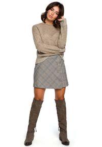 Brązowy sweter oversize MOE z kontrastowym kołnierzykiem
