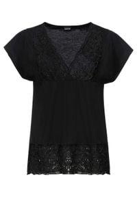 Shirt z koronką w dekolcie bonprix czarny. Kolor: czarny. Materiał: koronka. Wzór: koronka