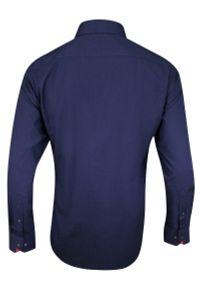 Chiao - Granatowa Koszula Męska z Długim Rękawem, 100% Bawełna -CHIAO- Taliowana, Czerwone Dodatki. Okazja: do pracy, na spotkanie biznesowe. Kolor: niebieski, czerwony, wielokolorowy. Materiał: bawełna. Długość rękawa: długi rękaw. Długość: długie. Wzór: aplikacja. Styl: biznesowy, elegancki
