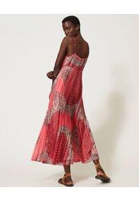 TwinSet - TWINSET - Długa sukienka z plisowaniem. Kolor: czerwony. Materiał: zamsz. Długość rękawa: na ramiączkach. Wzór: aplikacja, nadruk. Styl: boho. Długość: maxi