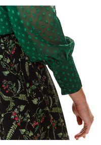 TOP SECRET - Elegancka bluzka z tkaniny plumeti. Okazja: na imprezę. Typ kołnierza: kołnierzyk stójkowy. Kolor: zielony. Materiał: tkanina. Długość rękawa: długi rękaw. Długość: długie. Sezon: zima. Styl: elegancki
