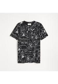 Reserved - T-shirt z nadrukiem w koty - Czarny. Kolor: czarny. Wzór: nadruk