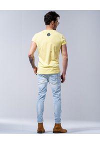 GUNS & TUXEDOS - Żółty t-shirt z logo Summerfling. Kolor: żółty. Materiał: bawełna, jeans. Styl: wakacyjny