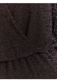 TOP SECRET - Kopertowa sukienka z połyskiem. Okazja: na imprezę, na co dzień. Typ kołnierza: dekolt w kształcie V. Kolor: czarny. Materiał: materiał. Sezon: zima. Typ sukienki: kopertowe. Styl: casual
