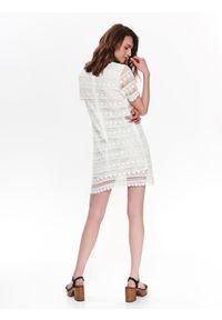 Biała sukienka TOP SECRET na lato, w koronkowe wzory
