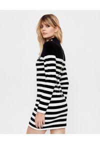 Balmain - BALMAIN - Sukienka w paski z kryształową naszywką. Typ kołnierza: golf. Kolor: czarny. Długość rękawa: długi rękaw. Wzór: paski, aplikacja. Typ sukienki: dopasowane. Długość: mini
