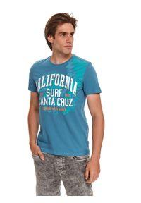 TOP SECRET - T-shirt z nadrukiem. Okazja: na co dzień. Kolor: niebieski. Materiał: bawełna, tkanina. Długość rękawa: krótki rękaw. Długość: krótkie. Wzór: nadruk. Sezon: lato. Styl: wakacyjny, klasyczny, casual