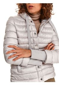 TOP SECRET - Pikowana kurtka z kapturem i dekoracyjnymi mankietami. Typ kołnierza: kaptur. Kolor: szary. Materiał: tkanina. Długość: krótkie. Sezon: zima