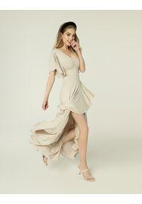 Madnezz - Sukienka Juanita - jasny beż. Kolor: beżowy. Materiał: wiskoza, elastan. Typ sukienki: kopertowe. Styl: wakacyjny. Długość: midi