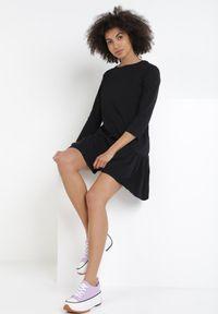 Born2be - Czarna Sukienka Pherithis. Typ kołnierza: kołnierz z falbankami. Kolor: czarny. Typ sukienki: rozkloszowane, trapezowe. Długość: mini