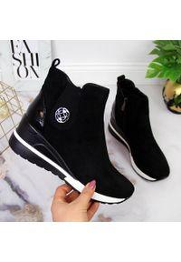 POTOCKI - Botki damskie sneakersy na koturnie ocieplane czarne Potocki. Kolor: czarny. Materiał: zamsz. Obcas: na koturnie