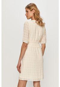 Vila - Sukienka. Kolor: beżowy. Materiał: tkanina. Długość rękawa: krótki rękaw. Typ sukienki: rozkloszowane