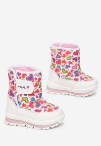 Born2be - Białe Śniegowce Phaeleina. Wysokość cholewki: za kostkę. Nosek buta: okrągły. Zapięcie: rzepy. Kolor: biały. Materiał: futro, materiał. Szerokość cholewki: normalna. Wzór: nadruk, aplikacja, kolorowy