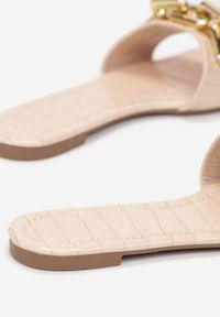 Born2be - Jasnoróżowe Klapki Sabrisiphe. Nosek buta: otwarty. Kolor: różowy. Materiał: skóra, lakier. Wzór: aplikacja. Obcas: na obcasie. Wysokość obcasa: niski