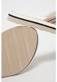 TOMMY HILFIGER - Tommy Hilfiger - Japonki. Kolor: beżowy. Materiał: materiał, guma. Wzór: gładki. Obcas: na obcasie. Wysokość obcasa: niski