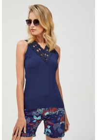 Niebieska bluzka MOODO w koronkowe wzory, z dekoltem w serek