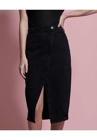 ONETEASPOON - Czarna jeansowa spódnica Society. Okazja: do pracy, na co dzień, na spotkanie biznesowe. Stan: podwyższony. Kolor: czarny. Materiał: jeans. Wzór: aplikacja. Styl: biznesowy, casual, elegancki
