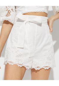 ZIMMERMANN - Białe spodenki Lulu. Stan: podwyższony. Kolor: biały. Materiał: bawełna, koronka. Wzór: aplikacja, haft